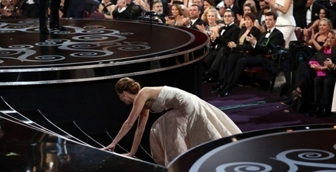 photo of jennifer lawrence tripping on stage